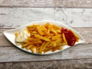 Pommes Frites mit Ketchup und Majo